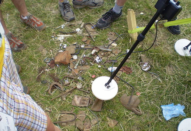 640px-WSJ2007_Elements_(Earth)_-_Metal_detector